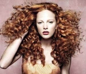 peinado-cabello-rizado-rojo